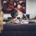 Des personnes regardant la TV